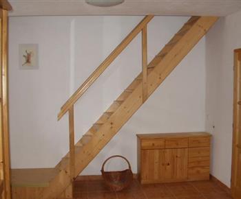 Pohled na schodiště do patra