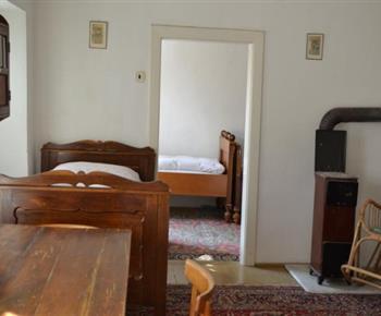 Pokoj A s pohledem do pokoje C