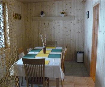Pohled na jídelní kout z kuchyně