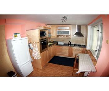 Pohled do kuchyně z jídelny
