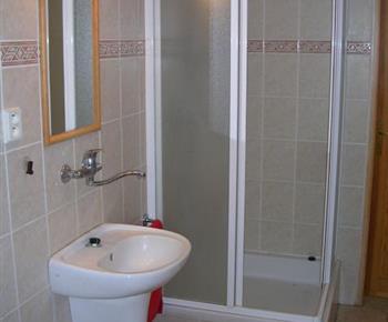 Sociální zařízení se sprchovým koutem, umyvadlem a vanou