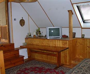 Obývací pokoj v podkroví s televizí