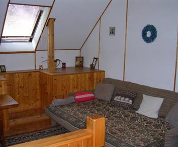 Podkrovní obývací pokoj s televizí