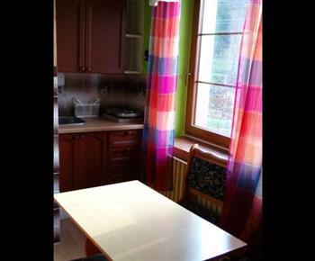 Kuchyňka s jídelním koutem v apartmánu