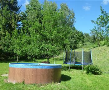 Venkovní bazén s trampolínou