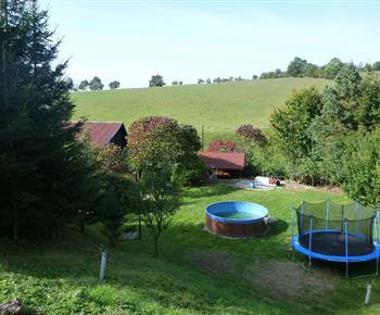 Pohled na chalupu s bazénem a blízké okolí