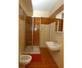 Koupelna se sprchovým koutem je součástí každého pokoje