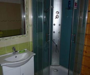 Pohled na druhé sociální zařízení s hydromasážní sprchou a umyvadlem