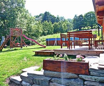 Venkovní posezení, bazén a průlezky pro děti