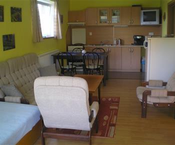 Obytná místnost s jídelním koutem a kuchyňkou