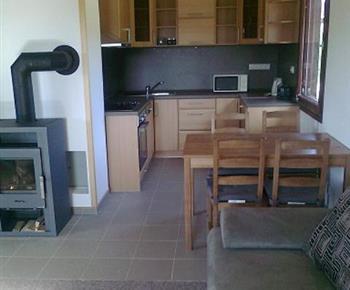 Pohled na kuchyňský kout z obývacího pokoje