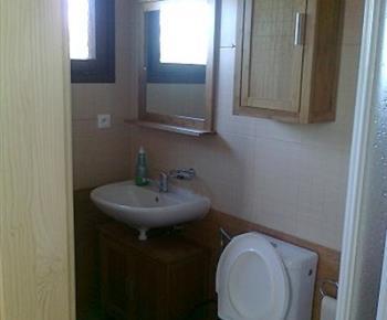 Pohled na sociální zařízení se sprchou, toaletou a umyvadlem