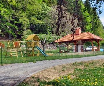 Dětské hřiště a zastřešené venkovní posezení s krbem