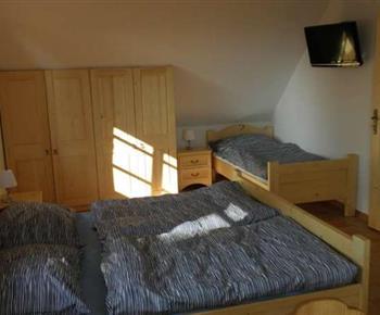 Třílůžkový apartmán - ložnice s manželským dvoulůžkem a jedním samostatným lůžkem