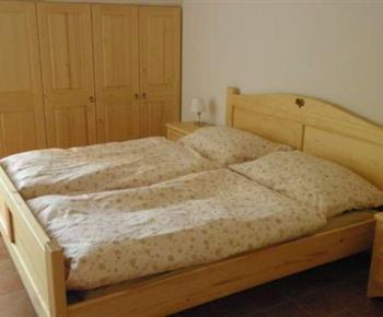 Ložnice ve čtyřlůžkovém apartmánu - manželské dvoulůžko