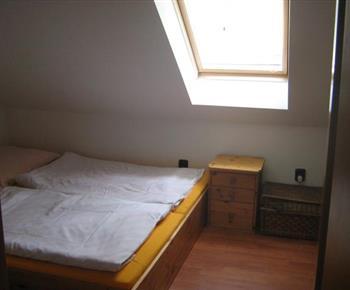 Ložnice s lůžky v apartmánu B