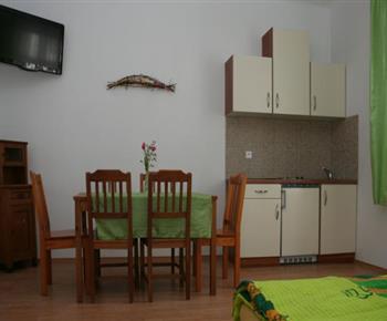 Šestilůžkový apartmán - obytná místnost s kuchyňskou linkou a jídelním koutem