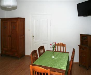 Šestilůžkový apartmán - obytná místnost s jídelním koutem a televizí