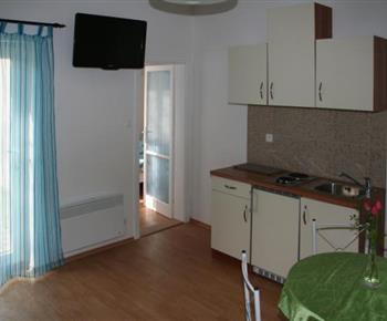 Čtyřlůžkový apartmán - vybavená kuchyňská linka s jídelním koutem