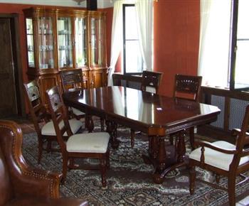 Stůl ve společenské místnosti