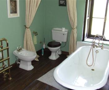 Koupelna s vanou, toaletou a umyvadlem