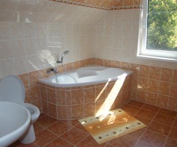 Koupelna s vanou, toaletou a umyvadlem v patře