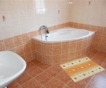 Koupelna s vanou a umyvadlem v patře