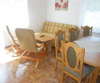 Obytná místnost se sedací soupravou a jídelním koutem
