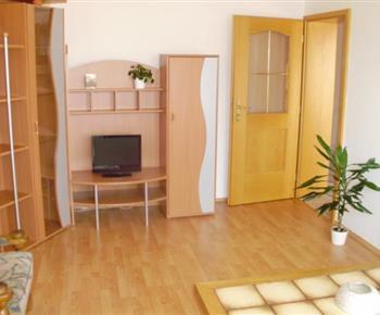 Apartmán B - obývací pokoj s posezením a televizí