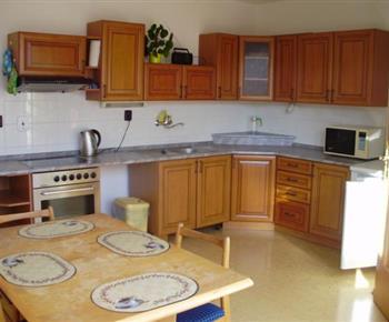 Apartmán B - kuchyně s mikrovlnnou troubou, rychlovarnou konvicí a lednicí