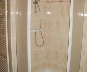 Apartmán A - sprchový kout v koupelně