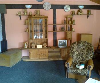 Společenská místnost s krbovými kamny, televizí a sedačkou