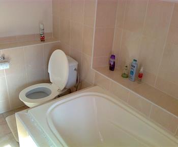 Sociální zařízení s vanou, toaletou a umyvadlem v pokoji B