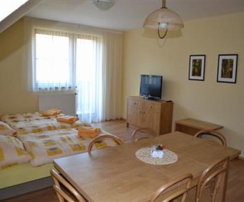 Apartmán C - jídelní kout, lůžka, televize