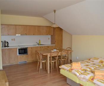Apartmán C - pohled na kuchyňku, jídelní kout a lůžka