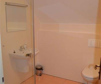 Apartmán B - koupelna se sprchovým koutem