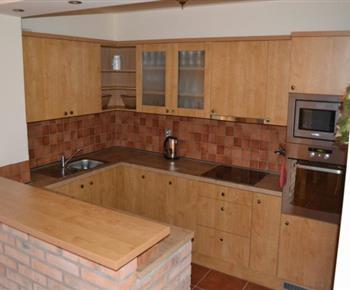 Společná kuchyně v přízemí s mikrovlnnou troubou, varnou konvicí, troubou, myčkou a lednicí