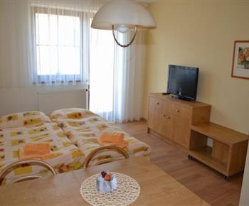 Apartmán A - jídelní kout, lůžka, televize