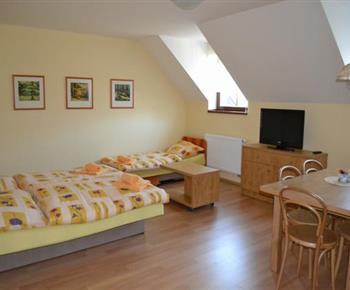 Apartmán B - jídelní kout, lůžka, televize