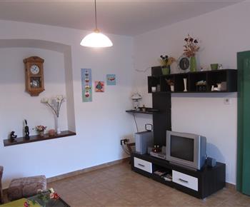 obývák s TV a DVD