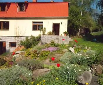 Upravená zahrada kolem domu