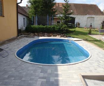 Bazén s trampolínou na dvoře
