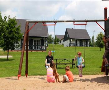 Dětské hřiště s houpačkami