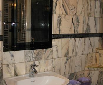 Apartmán B - koupelna se sprchou a umyvadlem