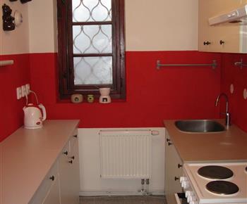 Apartmán B - kuchyně s varnou konvicí, myčkou a lednicí