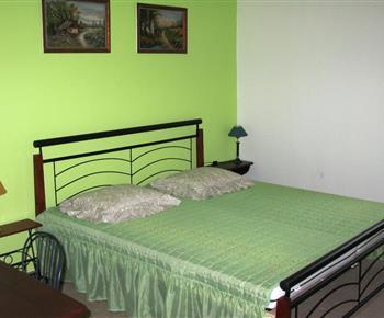 Apartmán B - ložnice s lůžky, nočními stolky a lampičkami