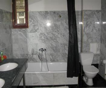 Apartmán A - koupelna v přízemí s vanou a toaletou