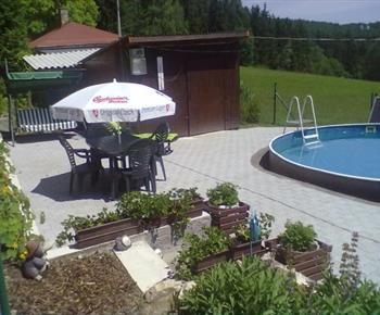 Venkovní posezení u bazénu