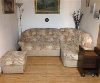 Obývací pokoj se sedací soupravou, televizí a kamny