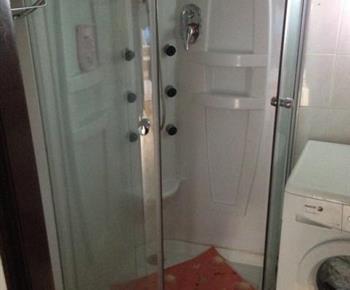 Koupelna se sprchou, umyvadlem a pračkou